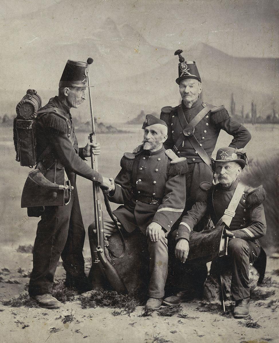 Soldats devant les Dents-du-Midi, vers 1895. Photographie sur carton 18,6 x 23cm, collection Mandement de Bex