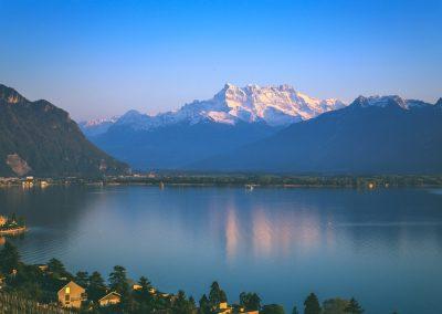 Reflets au crépuscule dans la baie de Montreux