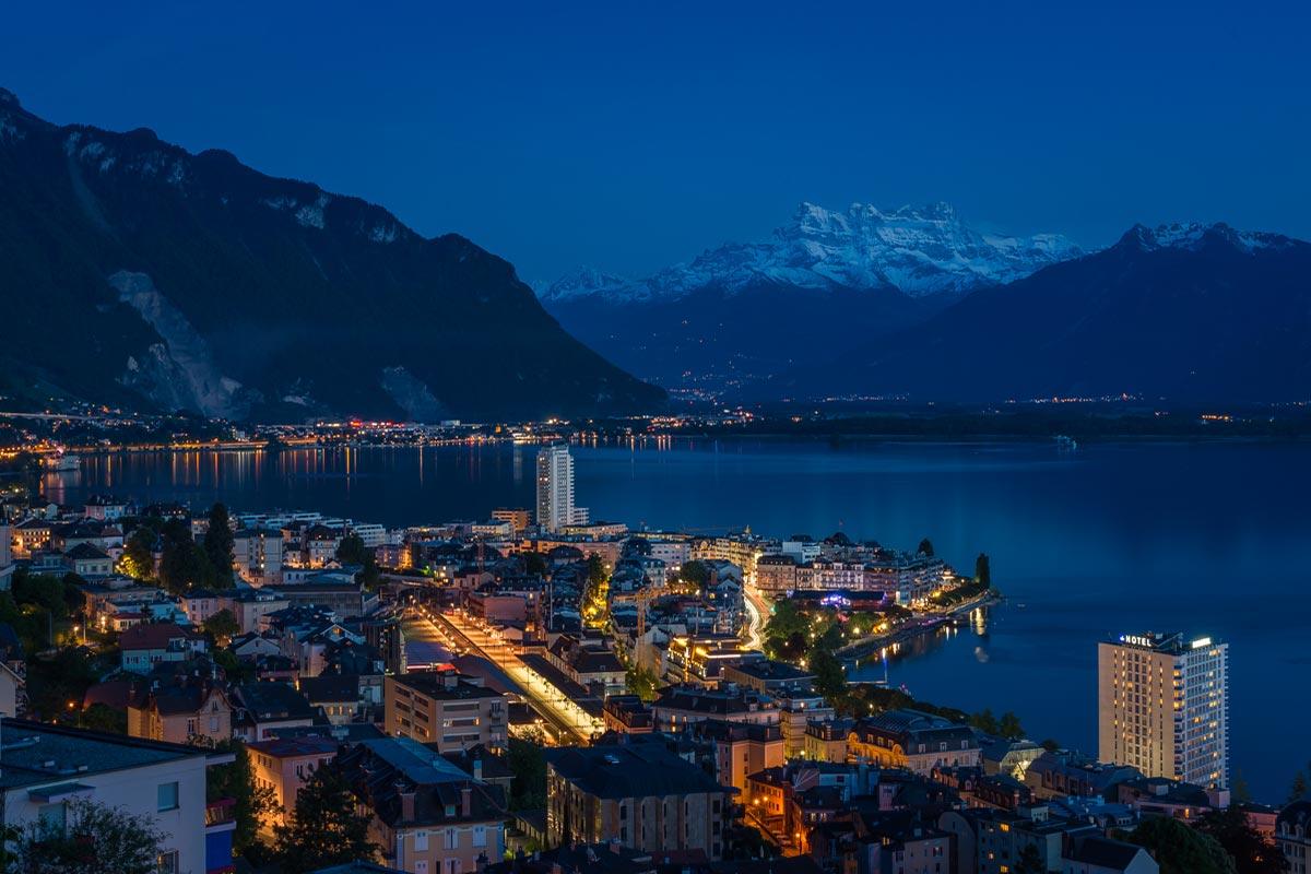 Les Dents du Midi et la baie de Montreux de nuit. © Fabrice Ducrest