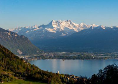 Les Dents-du-Midi au-dessus de la baie de Montreux et la vallée du Rhône