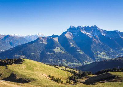 Les Dents-du-Midi avec le Mont-Vélan (3727m.) et le Grand-Combin (4314m.) proche de la Pointe-de-Bellevue (2042m.)