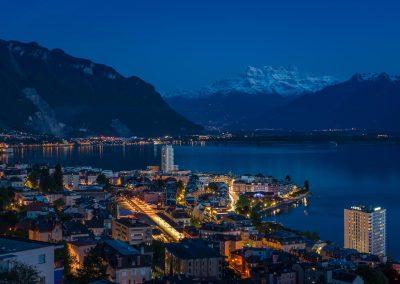 La nuit tombesur la Riviera vaudoise. Paisiblement, Montreuxs'illumine alorsque les Dents-du-Midi offrent encore ses derniers reflets aulac Léman.