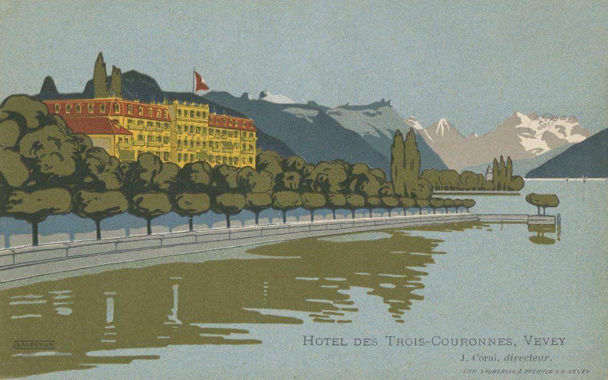 L'hôtel des Trois Couronnes à Vevey a été construit par l'architecte Philippe Franel en 1842. Il est situé sur les rives du lac Léman et bénéficie d'un des plus beaux panoramas de Suisse avec sa vue surplombant le lac, les Alpes et les Dents du Midi. De nombreux hôtes illustres séjournèrent dans cet hôtel et apprécièrent la beauté des lieux. En 1859, la tsarine Charlotte de Prusse, femme du tsar Nicolas 1er, séjourna plusieurs mois à l'hôtel. Sa suite était tellement nombreuse qu'elle loua l'immeuble tout entier pendant l'hiver et invita un grand nombre de personnalités qui contribuèrent grandement à la réputation de l'établissement. En 1873 le Shah de Perse Nassereddin Shah donna un repas à l'hôtel. Parmi ses invités se trouvait le roi de Hollande Guillaume III. En 1913, Ignace Paderewski et Camille Saint-Saëns donnèrent un concert à deux pianos dans les salons de l'hôtel. Le roi d'Italie Victor Emmanuel III et celui d'Angleterre Edouard VII y séjournèrent, mais aussi des écrivains anglais tel qu'Henry James qui écrivit une partie de son roman intitulé «Daisy Miller». L'hôtel servit aussi de cadre pour le film tiré de ce même roman réalisé par Peter Bogdanovich en 1973. © Lith. Sauberlin & Pfeiffer S.A. Vevey