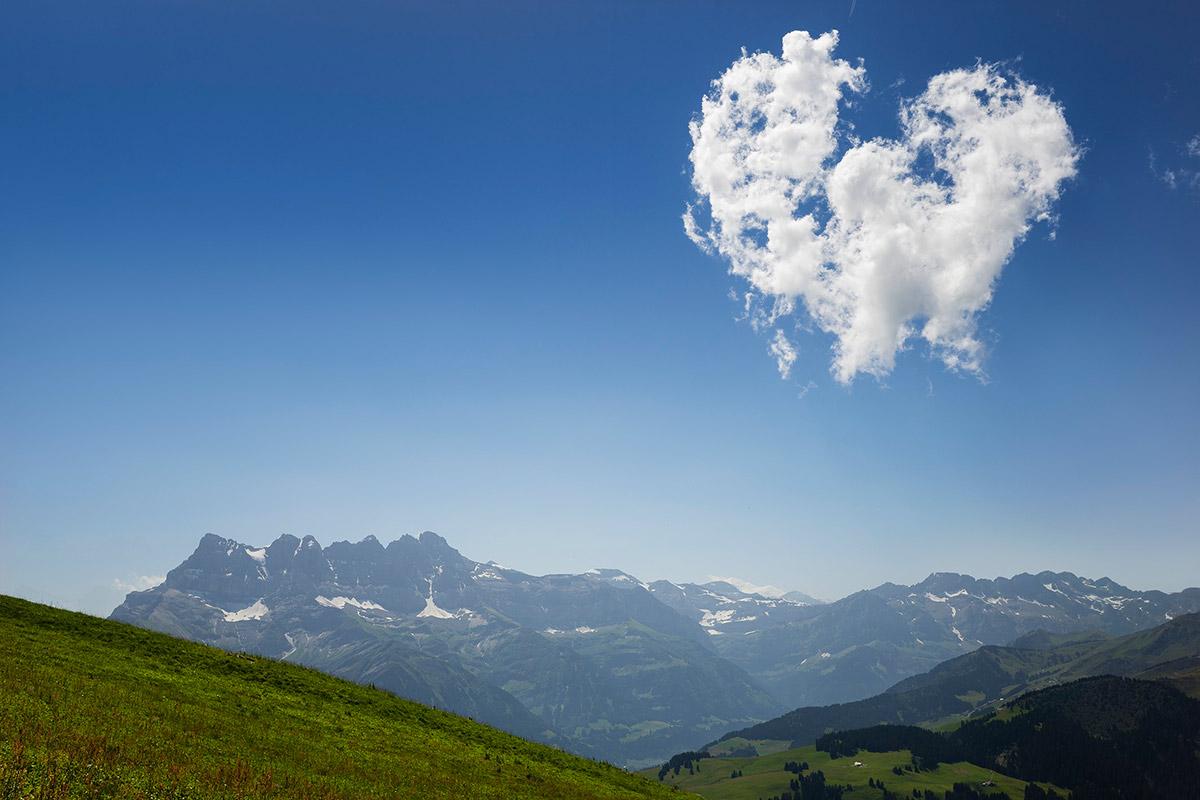 Un coeur dans le ciel. Les Dents du Midi depuis la montée vers la Pointe de Bellevue. © Laurent Dubois, 1144 Ballens, Suisse