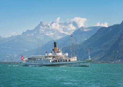 «La Suisse» est un des huit navires de la flotte «Belle Époque» de la Compagnie Générale de Navigation voguant sur le lac Léman. Propulsé grâce à deux roues à aubes, ce bateau-salon est mis en service pour la première fois le 31 mai 1910. Entièrement rénové entre 2007 et 2009, on dit qu'il est le plus beau bateau à vapeur du monde!