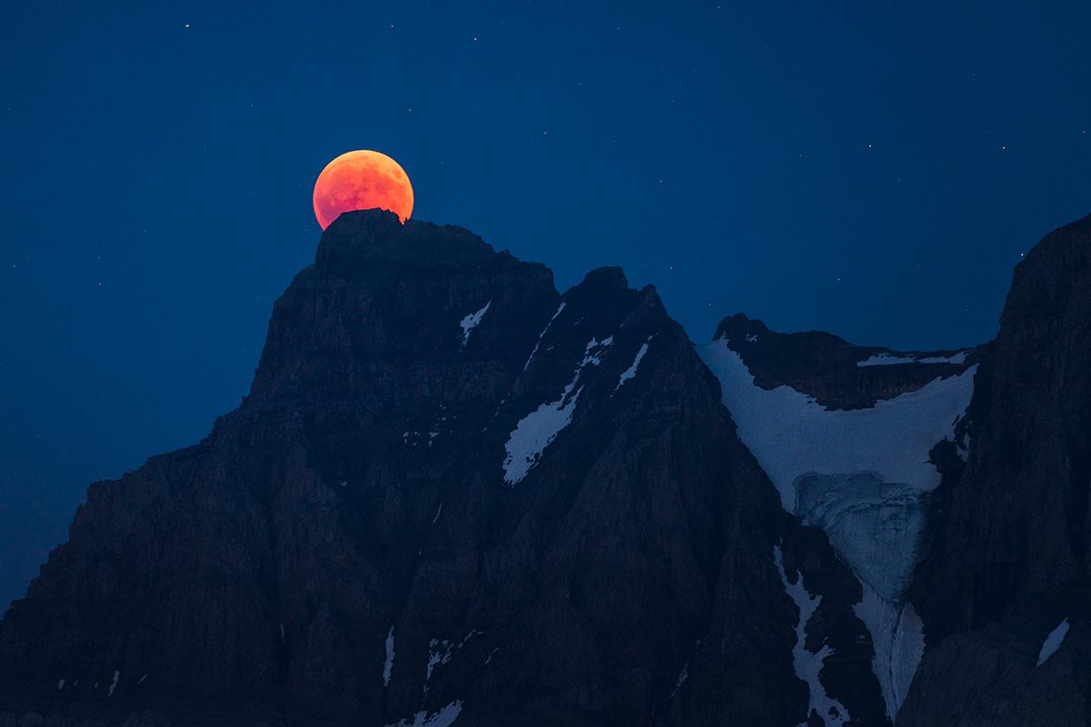 L'éclipse de Lune du 27 juillet 2018 au sommet de la Cime de l'Est dans le massif des Dents du Midi. © Fabrice Ducrest