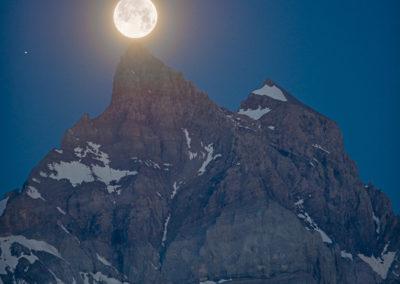 Depuis le Gros Châtillon, la pleine lune se pose sur la Cime-de-l'Est