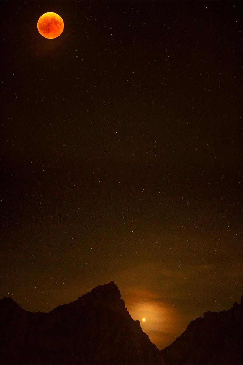 La planète Mars à 22h50 entre les sommets de la Dent Jaune et des Doigts depuis la Foilleuse à Morgins. Tout comme la Lune ce soir-là, l'alignement de la planète était parfait avec la Terre et le Soleil (on appelle ce phénomène une « opposition »). Recevant un maximum de lumière directe, la planète rouge était alors l'astre le plus lumineux dans le ciel, plus lumineux que Jupiter. © Fabrice Ducrest