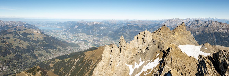 Au sommet de la Haute Cime, vue sur les six autres sommets du massif des Dents-du-Midi, le val d'Illiez et la vallée du Rhône. © Fabrice Ducrest