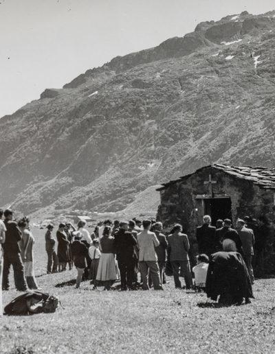 Photographie de la dernière messe célébrée par le chanoine Jean-Marie Boitzy à la vieille chapelle de Salanfe, juste avant la construction du barrage. © Archives de l'Abbaye de Saint-Maurice