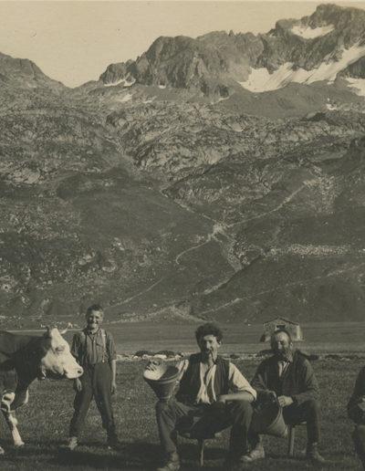 """Salanfe. Groupe de vachers et Luisin. Au fond, on voit la petite chapelle de Salanfe -> lire à ce sujet """"Un plateau bénit"""""""