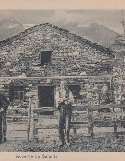 """L'auberge de Salanfe vers 1905 (hôtel de la Cime de l'Est) dans les premières années de son exploitation. Au premier-plan au centre, François (-Claude) Voeffray (1834-1915), dit """"papa Voeffray"""", fut le premier à ouvrir un restaurant à Salanfe. Il aura 11 enfants."""