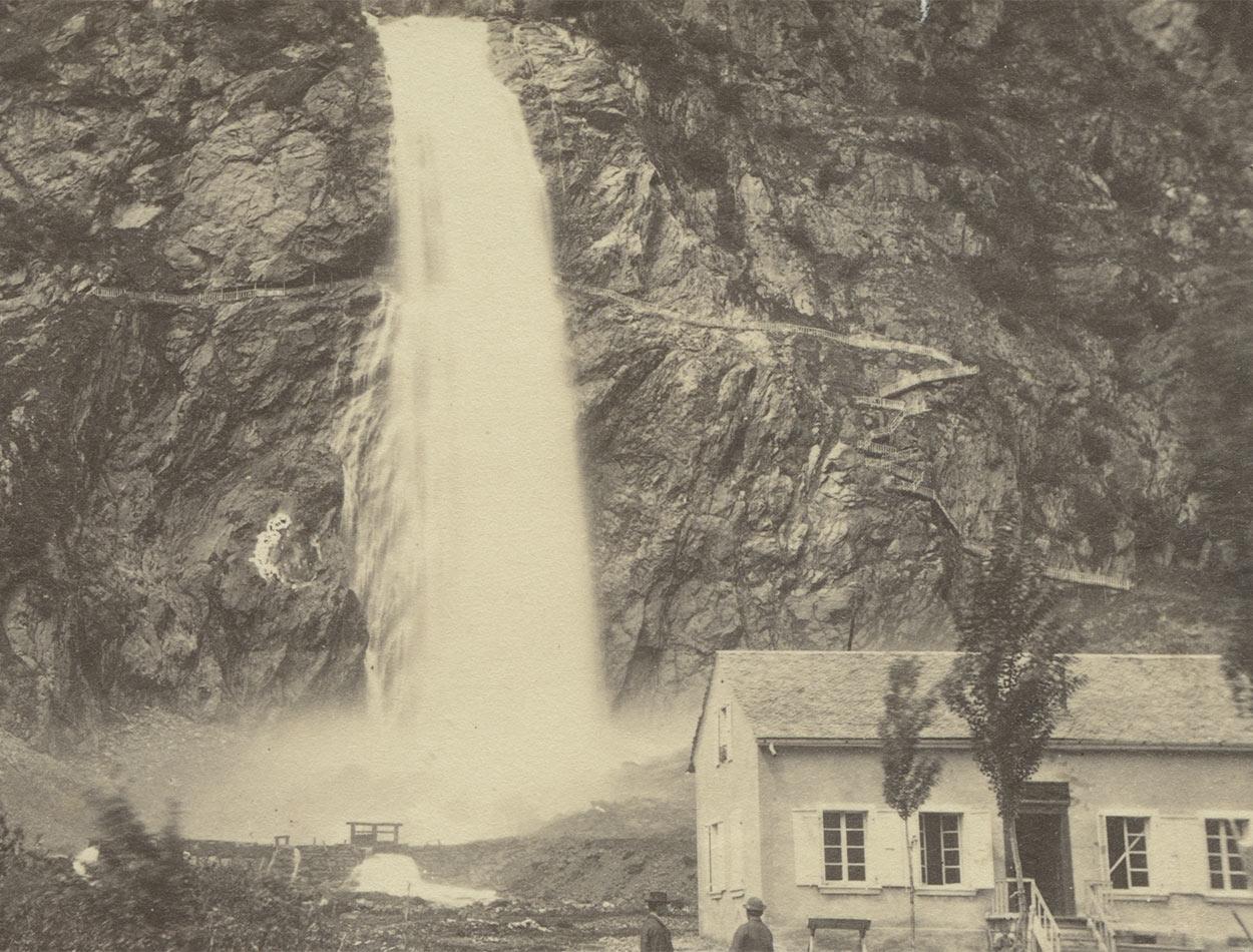 Le buffet au pied de la cascade. On remarque également le petit chemin passant derrière la cascade. Photographie vers 1890