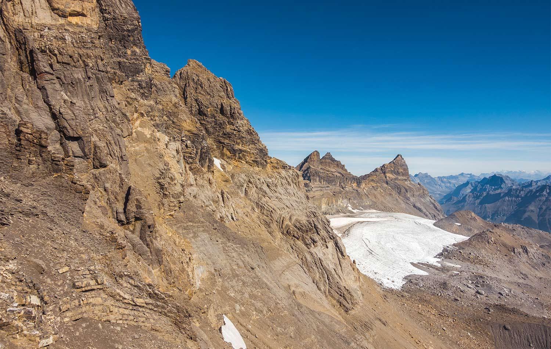 En montant à la Haute-Cime, vue sur le glacier de Plan-Névé, la Cathédrale, la Forteresse et la Cime-de-l'Est. © Fabrice Ducrest