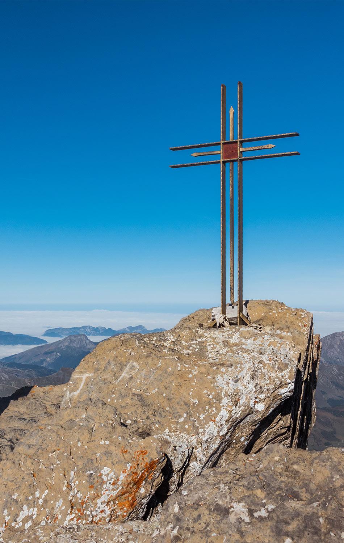 La croix au sommet de la Haute-Cime. © Fabrice Ducrest