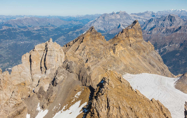Au sommet de la Haute-Cime, vue sur les autres sommets des Dents-du-Midi. © Fabrice Ducrest