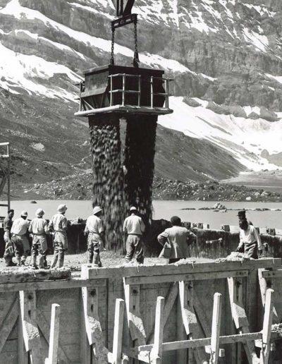 Chantier à Salanfe, benne à béton avec ouvriers. © Alpiq