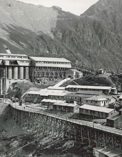 Chantier et usine de production du béton et téléphérage. © Alpiq