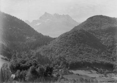 Les Dents du Midi depuis le village de Fontanney. © Fonds Boissonnas, Bibliothèque de Genève