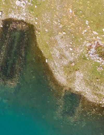 Immergées dans les eaux du lac de Salanfe, les ruines des anciennes granges et écuries du plateau. © Fabrice Ducrest