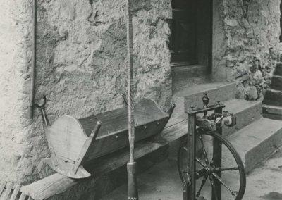 Salvan. Rouet, berceau et quenouille, vers 1920. © Fonds Boissonnas, Bibliothèque de Genève