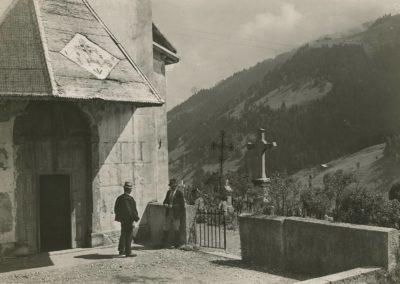 Val d'Illiez, devant l'église, vers 1920. © Fonds Boissonnas, Bibliothèque de Genève