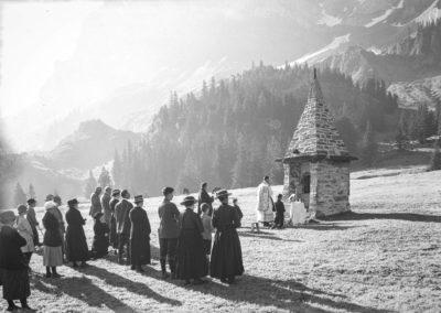 Messe de la Bénédiction des troupeaux à Barmaz le 20 juillet 1922. Plaque de verre 13 x 18cm. © Fonds Boissonnas, Bibliothèque de Genève