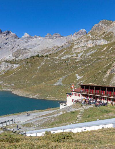L'auberge de Salanfe, son lac et les Dents-du-Midi. © Fabrice Ducrest