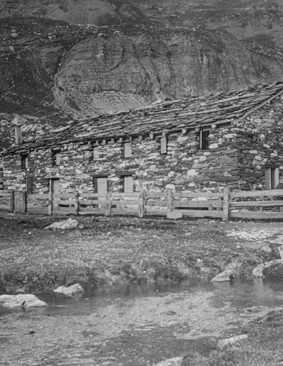 Cambuse Voeffrey à Salanfe, vers 1900. Source : Section des Diablerets du Club Alpin Suisse
