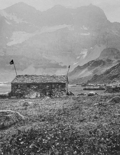 Salanfe et les Tours Sallières devant les chalets de chez Voeffray, 1899. Archives de la famille de Louguinine, montagnes n°1. Source : Section des Diablerets du Club Alpin Suisse